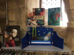 Rita y  Brita, nuestras mascotas del rincón Infantil nos muestran el kamisibai, realizado por dos de nurstros compañeros de la Biblioteca, Conrado y Carmen. Painting, Animals, Art, Shells, Pets, Art Background, Animales, Animaux, Painting Art