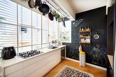 בעלת הבית, שהיא גם המעצבת, דאגה שבדירה שלה יהיה כל מה שמשפחה קטנה צריכה כדי לטעון מצברים ולצאת חזרה לרחוב השוקק Own Home, Design Projects, Corner Desk, Sweet Home, Kitchen Cabinets, House Design, How To Plan, Interior Design, Wall