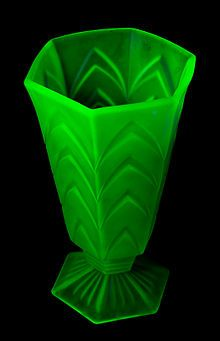 Fluorescent Uranium Depression Glass - Depression glass - Wikipedia, the free encyclopedia Vaseline Glass, Glass Ceramic, Glass Chandelier, Vintage Glassware, Antique Bottles, Carnival Glass, Milk Glass, Glass Art, Glow