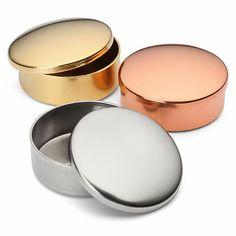 Gedrückte Dosen aus Messing, Kupfer oder Neusilber. Ø 4 cm, Höhe 2 cm. Gewicht 30 g. Hinweis: Bei der Verwendung als Pillendose... - Pillendose