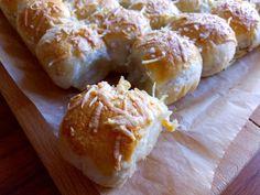 Jednohubky z listového těsta - Zrzka v kuchyni Hamburger, Bread, Food, Basket, Recipes, Brot, Essen, Baking, Eten