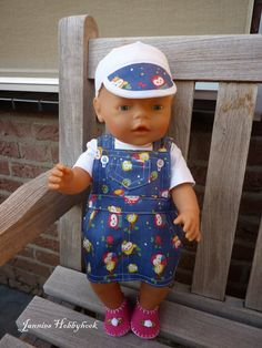 Baby born setje pop 43 cm. Overgooier: oude libelle, Slofjes en t-shirt Christel Dekker, luierbroekje en zonneklep eigen ontwerp