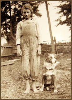 vintage farm photo of a little girl and her dog-makes me think of my Grandma and her little collie dog Vintage Pictures, Old Pictures, Vintage Images, Vintage Photographs, Antique Photos, Vintage Abbildungen, English Shepherd, Farm Dogs, Tier Fotos