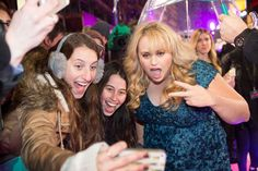 Rebel Wilson taking a selfie with some excited fans at the premiere in London! How To Be Single, Rebel Wilson, Red Carpet, Take That, Fans, Hollywood, Magazine, Selfie, London