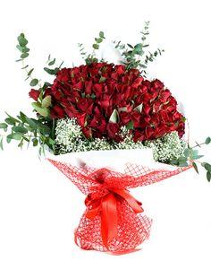 99 adet kırmızı gülden oluşan Cipsofilyalar eşliğinde etrafı kırmızı kurdele ile çevrilmiş şahane bir gül buketi. Kırmızı gül; büyük aşkı temsil eder. Aşk büyüktür, sözcüklere, kalıplara, bedenlere sığmayacak kadar büyüktür. Hiçbir şey onu anlatmaya yetmez, onun dilinden anlayan tek şey, kırmızının en güzel tonuyla bezenmiş aşk simgesi güllerdir. Sevgiliye çiçeklerinden Aşkına önem verenler için 99 adet kırmızı gül sevdiklerinize göndermeniz için size özel çiçekler ile donattık.