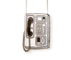 Stand rétro téléphone Shrink collier en plastique par DOODLEWORM sur Etsy https://www.etsy.com/fr/listing/202809313/stand-retro-telephone-shrink-collier-en
