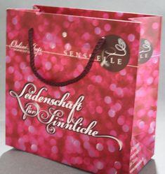 Eine kleine aber feine Papiertasche mit Druck und farblich passender Baumwollkordel Tote Bag, Bags, Handbags, Carry Bag, Dime Bags, Tote Bags, Lv Bags, Purses, Bag
