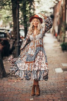 The ultimate boho chic autumn style with this fab maxi dress by Outdazl. The ultimate boho chic autumn style with this fab maxi dress by Outdazl. Hippie Style, Estilo Hippie Chic, Gypsy Style, Bohemian Style, Bohemian Chic Fashion, Hippie Boho, Vintage Fashion, Boho Outfits, Fashion Outfits