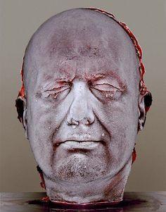 """Mark Quinn - """"Self Scultura composta da sangue congelato dello stesso artista che rappresenta la sua testa. Esso ricorda la fragilità dell'esistenza.  Quinn fa una nuova versione ogni cinque anni, ciascuno dei quali documenta il proprio invecchiamento e deterioramento fisico."""