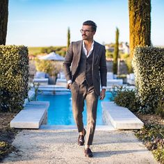 Dress like Justus Frederic Hansen - chic men's style for you to emulate Mens Fashion Blog, Urban Fashion, Men's Fashion, Brown Suits For Men, Grey Suits, Mens Trends, Men Style Tips, Modern Man, Stylish Men