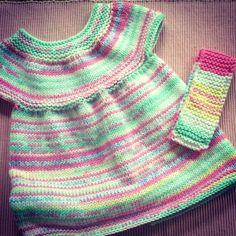 Petit coup de cœur pour cette jolie petite robe bébé au tricot, vraiment facile et rapide. Toute en point mousse et en jersey, sur des aiguilles circulaires pour mieux voir le résultat se tricoter au fur et à mesure, un pur bonheur à réaliser… Ici, le modèle a été tricoté avec 2 pelotes d'Oméga color … Knitting For Kids, Knitting Projects, Baby Knitting, Baby Kind, Little Babies, Baby Dress, Point Mousse, Knit Crochet, Turtle Neck