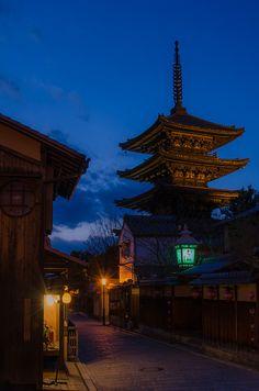 Yasaka-no-to, Kyoto / 夕暮れの八坂の塔(法観寺・京都) by Kaoru Honda, via Flickr Japan