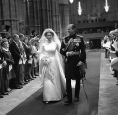 November 1973 Proud father of the bride, The Duke of Edinburgh, walking his daughter, The Princess Anne up the aisle of Westminster Abbey. The wedding bouquet included a sprig of myrtle grown from a piece of Queen Victoria's bouquet. Royal Princess, Princess Anne Wedding, Princess Elizabeth, Princess Diana, Royal Wedding Gowns, Royal Weddings, Wedding Bride, Wedding Bouquet, Princesa Anne