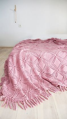 Vintage crocheted blanket with large flowers on ivory color. Of the 80s. Perfect for your bed or sofa.    Materials: acrilic yarn  Color: Pink