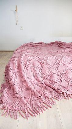 Vintage haakwerk deken met grote bloemen op ivoor kleur. Van de jaren 80. Perfect voor uw bed of bank.  Materialen: acrilic garen Kleur: roze Sice:
