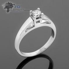 Pierścionek wykonany w białym złocie z brylantem w formie princess. Zapraszamy do sklepu internetowego 79diamenty.pl #pierscionkizareczynowe