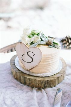 This simple rustic wedding cake looks beautiful and yummy! Cakes like these are great for any fall wedding.