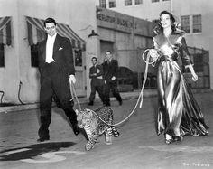 """Levada da Breca (1938)  """"Bringing Up Baby"""" figurinos de Howard Greer   David Huxley (Cary Grant), um paleontólogo com casamento marcado, vai jogar golfe com o objetivo de agradar seu oponente e facilitar a doação de 1 milhão de dólares para o museu onde trabalha.   http://sergiozeiger.tumblr.com/post/116578850783/howard-greer-16-de-abril-1896-abril-de-1974  Até que conhece Susan Vance (Katharine Hepburn), uma rica herdeira acostumada a ter tudo o que quer, mas completamente inconseqüente…"""