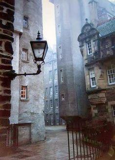 Need to go: Edinburgh, Scotland. Take me back to Edinburgh. So beautiful in Scotland Places To Travel, Places To See, Old Town Edinburgh, Edinburgh Travel, London Travel, Edinburgh Christmas, Visit Edinburgh, Edinburgh Castle, Famous Castles