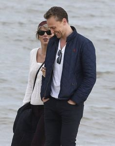 Pin for Later: Taylor Swift and Tom Hiddleston Take More Romantic Walks on the Beach, This Time With Tom's Mom
