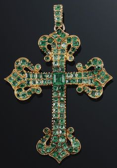 AN ANTIQUE EMERALD PENDANT, LATE 18TH CENTURY. Designed as a Latin cross set with foil-back step-cut emeralds, the cardinal points terminating in fleur-de-lys motifs. #antique #pendant