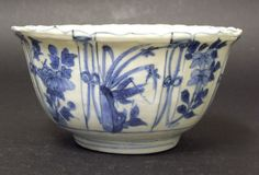 WANLI or TIANQI c.1600 - 1625. Ming Porcelain. A Wanli or Tianqi Kraak Porcelain 'Crow Cup' Bowl, Late Ming c.1600-1625. Decorated with a Bird in the Well of the Bowl. Kraak Porcelain is a Type of Chinese Export Porcelain Produced from the Wanli period (1573-1620) until the end of the Ming Dynasty in the 1640's. Kraak ware or Kraak porcelain was the first Chinese Export Ware to arrive in Europe in large quantities.