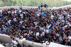 15日、イラク南部バスラで、イスラム教スンニ派の過激派との戦闘を志願し、集結した人々(AFP=時事) ▼15Jun2014時事通信|一進一退の攻防続く=政府軍が協力部隊に空爆-イラク http://www.jiji.com/jc/zc?k=201406/2014061500208 #Basra