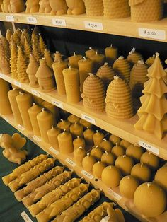 Diy Candles Ideas beeswax candles -Read More – Homemade Candles, Diy Candles, Candle Decorations, Making Candles, Beeswax Candles, Candle Wax, Candle Reading, Honey Packaging, Packaging Ideas