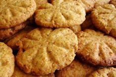 Sušenky: 1 hrnek změklého másla  1 hrnek cukru krystal 1 hrnek hnědého cukru 2 vejce 1 lžička vanilkového extraktu 2 hrnky hladké mouky 2,5 hrnku vloček (celých, drcených nebo i jemně namletých) 1/2 lžičky soli 1 lžička sody 1 lžička kypřáku 2 hrnkysekané čokolády 10 dkg mléčné čokolády 1,5 hrnku sekaných ořechů