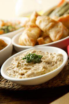 Un delicioso dip Turco que se puede utilizar como aperitivo o botana en una cena o comida. Acompáñelo de verduras o pan pita.
