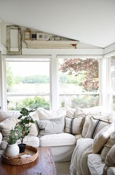 Farmhouse sunroom - cozy light and airy cottage style farmhouse. A great pin for farmhouse home decor!