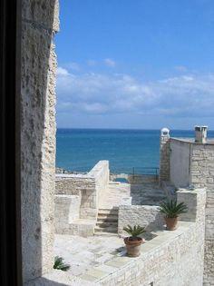 L'indirizzo segreto in Puglia: The Duchess Sea House, dove il mare incontra il cielo e la raffinata e intima ospitalità regalano un'esperienza indimenticabile.  The secret address in Puglia: The Duchess Sea House, where the sea meets the sky and the refined and intimate ospitality becomes a unique luxury travel experience  http://www.capolavoroitaliano.com/dolci-sogni/4087/the-duchess-sea-house-in-puglia-il-lusso-ha-il-colore-del-cielo-e-del-mare/