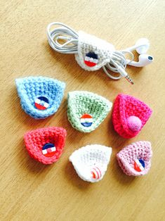 How to Crochet Mobile Cell Phone Pouch for iPhone Samsung - Crochet IdeasEasy earbud wraps with buttons Crochet Cord, Love Crochet, Crochet Gifts, Single Crochet, Easy Crochet, Crochet Summer, Crochet Phone Cases, Crochet Mobile, Crochet Videos