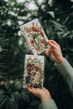 Diy Resin Art, Diy Resin Crafts, Diy Arts And Crafts, Resin Flowers, Dried Flowers, Pressed Flower Art, How To Preserve Flowers, Flower Crafts, Resin Jewelry