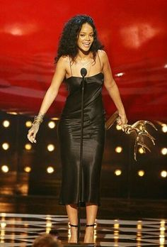 June Rihanna accepts the Most Desirable Woman award during Spike TV's 2014 Guys Choice Awards in a black vintage John Galliano slip dress and paired it with black Manolo Blahnik heeled sandals. Rihanna Mode, Rihanna Style, Rihanna Fenty, Rihanna Black Dress, Rihanna Outfits, Rihanna Clothes, Rock Chic, Looks Rihanna, Look Fashion