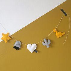 viltslinger 5 Felt Bunting, Felt Garland, Handmade Baby Gifts, Diy Gifts, Sewing For Kids, Diy For Kids, Playroom Paint Colors, Baby Vans, Baby Banners