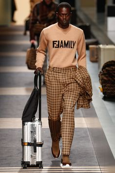 The complete Fendi Fall 2018 Menswear fashion show now on Vogue Runway. The complete Fendi Fall 2018 Menswear fashion show Mens Fashion 2018, Runway Fashion, Fall Fashion Trends, Autumn Fashion, Fashion Ideas, Urban Fashion, Trendy Fashion, Poster Shop, Fashion Week Hommes