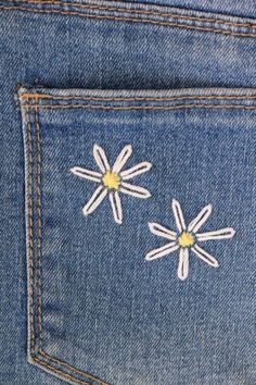 Best Absolutely Free Embroidery Designs jeans Ideas Learn how to embroider daisies onto any fabric with this simple daisy embroidery DIY tutorial. Couture Embroidery, Shirt Embroidery, Embroidery Stitches, Embroidery Ideas, Simple Embroidery Designs, Flower Embroidery, Knitting Stitches, Jeans With Embroidery, Diy Jean Embroidery