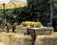 Love outdoor entertaining and this table setting- Burlap table cover and sunflower center pieces.