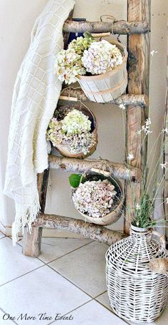Blanket ladder decorated for summer with lighter blanket and baskets filled with hydrangeas #DIYHomeDecorSummer