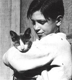 Homeless Boy and Cat, 1934 par la photographe américaine Dorothea Lange (1895-1965)