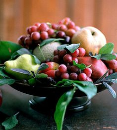 Try our thanksgiving fruit centerpieces with real fruit! Use the fruits of the season's harvest to create unique thanksgiving table decorations for fall entertaining or your Thanksgiving feast. Thanksgiving Fruit, Vegetarian Thanksgiving, Thanksgiving Centerpieces, Edible Centerpieces, Green Centerpieces, Purple Fruit, Fall Fruits, Beautiful Fruits, Mixed Fruit