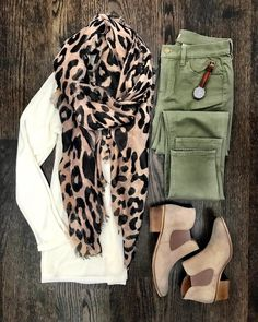 Ivory sweater, leopard scarf, olive pants and booties Looks Chic, Looks Style, Fall Winter Outfits, Autumn Winter Fashion, Casual Winter, Winter Scarf Outfit, Winter Outfits For Work, Winter Dresses, Mode Outfits