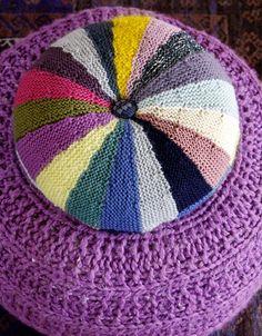 Fat de store strikkepinde, og strik enkelt og smukt tilbehør til din stue – stribemønstrene er ikke til at komme udenom.