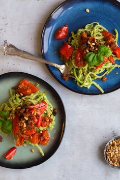 Pasta med basilikumspesto, hvidløgsbagte tomater og ristet chorizo - Julie Bruun