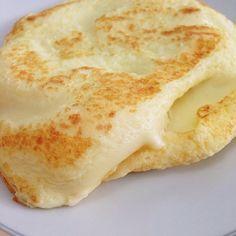 Pão de queijo de frigideira: 1 ovo, 1 colher de goma de tapioca, 1 colher de água, 1 colher de requeijão, 1 pitada de sal