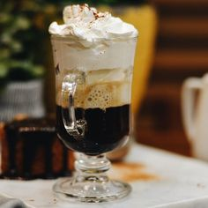 Que tal um encontro marcado com nosso Espresso com Chantilly nesta quinta-feira?! Para acompanhar nossos bolinhos que acabaram de chegar no @uberlandiashopping! ☕️ #CiaMineiradeChocolates #CoffeeTime #CoffeeLovers