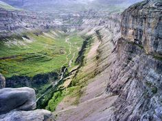 Circo de Soaso en el Valle de Ordesa se formó por la acción de un glaciar. Por el pasa el río Arazas y al final se encuentran las Gradas del Soaso - Spain