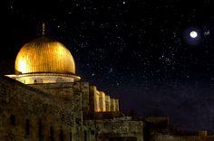 مسجد قبة الصخرة The Dome of the Rock at Night al Quds القُدس (Jerusalem Al Isra Wal Miraj, Dome Of The Rock, Islam Religion, Islam Muslim, Angels In Heaven, Islamic Architecture, Dark Skies, Prophet Muhammad, Miraculous
