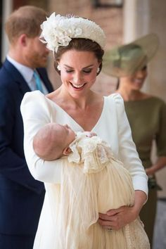 See all photos from the christening of Prince Louis, the youngest son of Kate Middleton and Prince William. Meghan Markle, Prince Harry, Princess Charlotte and Prince George are all in attendance for the royal christening. Kate Middleton Outfits, Vestidos Kate Middleton, Style Kate Middleton, Middleton Family, Princesa Charlotte, Princesa Mary, Christening Photos, Christening Gowns, Princess Kate